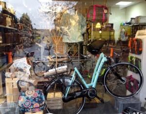Inrichten etalage fietswinkel Haren